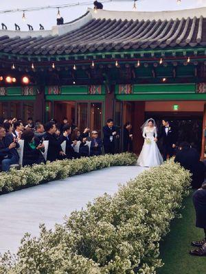 Aktris Zhang Ziyi mengabadikan momen Song Joong Ki dan Song Hye Kyo berjalan menuju altar pada pernikahan mereka di The Shilla Hotel, Seoul, Selasa (31/10/2017).