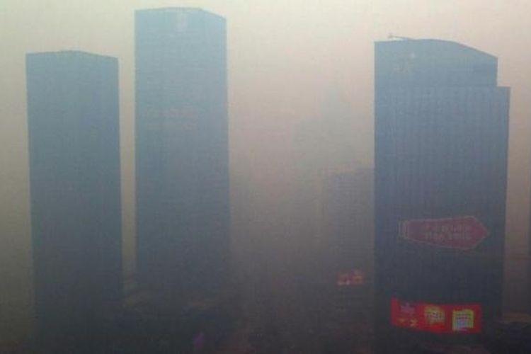 Kabut tebal menyelimuti bangunan apartemen di kota Shenyang, Provinsi Liaoning, China, Minggu (08/11)