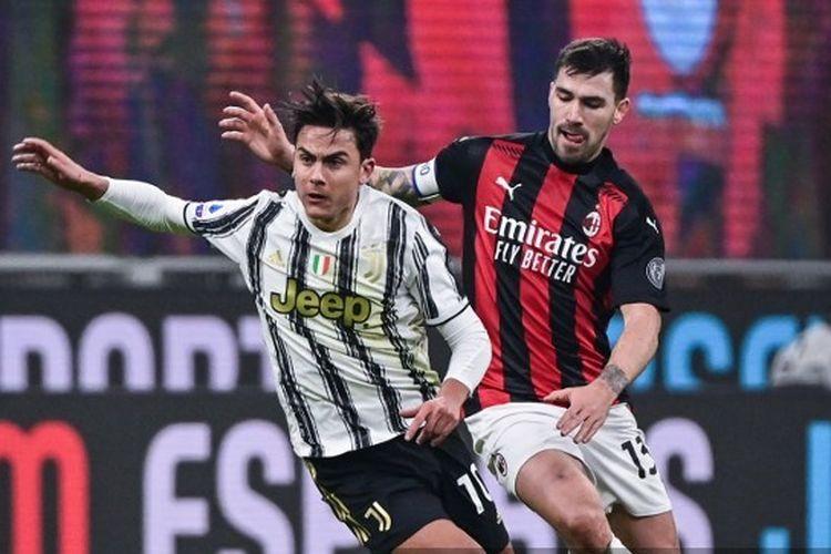 Penyerang Juventus, Paulo Dybala (kiri), ditempel ketat oleh Alessio Romagnoli (kanan) dalam laga AC Milan vs Juventus di San Siro, Kamis (7/1/2021) dini hari WIB.