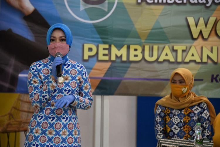 Ketua Dekranasda Provinsi Jabar Atalia Ridwan Kamil meninjau kegiatan pelatihan pembuatan face shield (pelindung wajah) dan masker di Gedung Cimahi Techno Park, Kota Cimahi, Senin (29/6/2020).