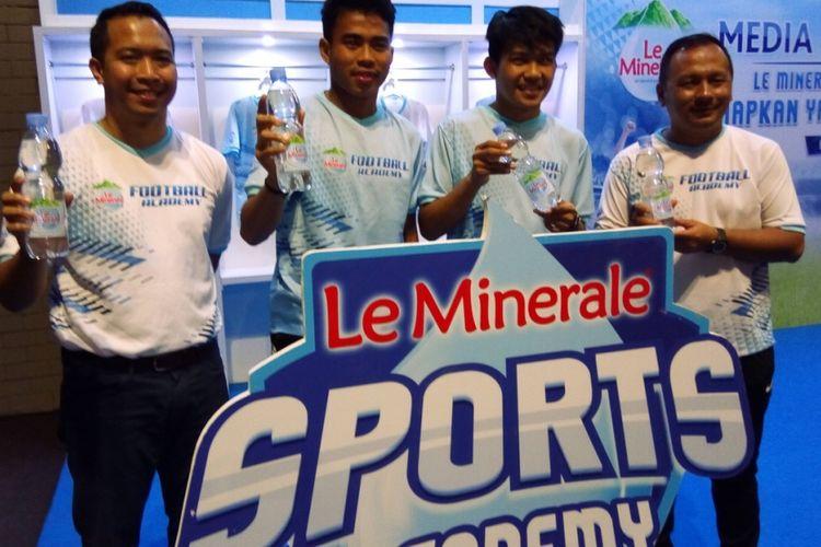 Marketing Manager Le Minerale Febri Hutama, kapten timnas sepak bola U-19 Indonesia Nurhidayat Haji Haris, penggawa timnas sepak bola U-19 Indonesia Witan Sulaeman, dan pelatih profesional sepak bola Indonesia Ricky Nelson berpose pada kampanye Le Minerale Sports Academy di Jakarta, Selasa (6/11/2018).