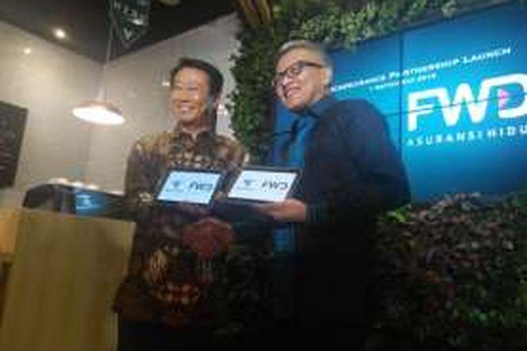 Presiden Direktur KEB Hana Bank Lee Hwa Soo dan Presiden Direktur FWD Life Indonesia Rudi Kamdani dalam penandatanganan kerja sama bancassurance, Kamis (1/9/2016).