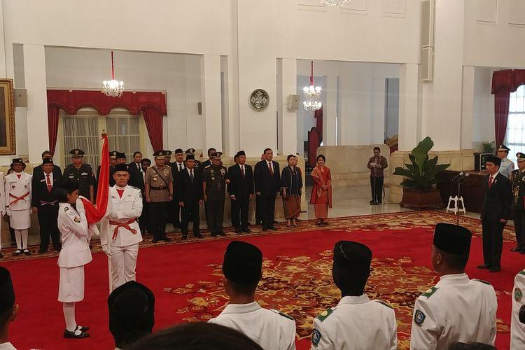 Presiden Joko Widodo dalam upacara pengukuhan Paskibraka di Istana Negara, Jakarta, Selasa (15/8/2017).