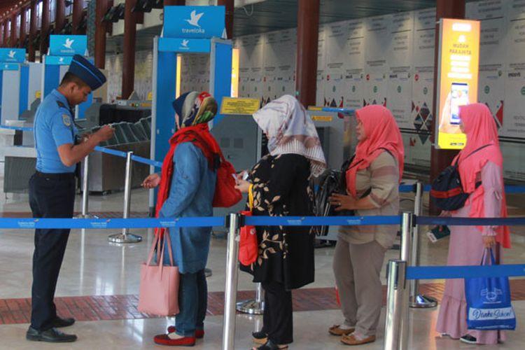 Petugas memeriksa tiket pesawat penumpang di Low Cost Carrier Terminal (LCCT) atau Terminal khusus penerbangan maskapai berbiaya rendah usai peresmian operasionalnya di Terminal 2 F Bandara Soekarno Hatta, Tangerang, Banten, Rabu (1/5/2019). Dengan hadirnya terminal khusus penerbangan berbiaya rendah tersebut diharapkan meningkatkan jumlah kunjungan wisatawan mancanegara ke Indonesia serta konektivitas penerbangan di seluruh Indonesia.