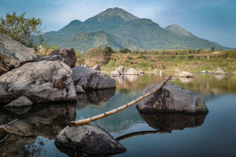 Ranu Manduro dengan latar belakang Gunung Penanggungan.