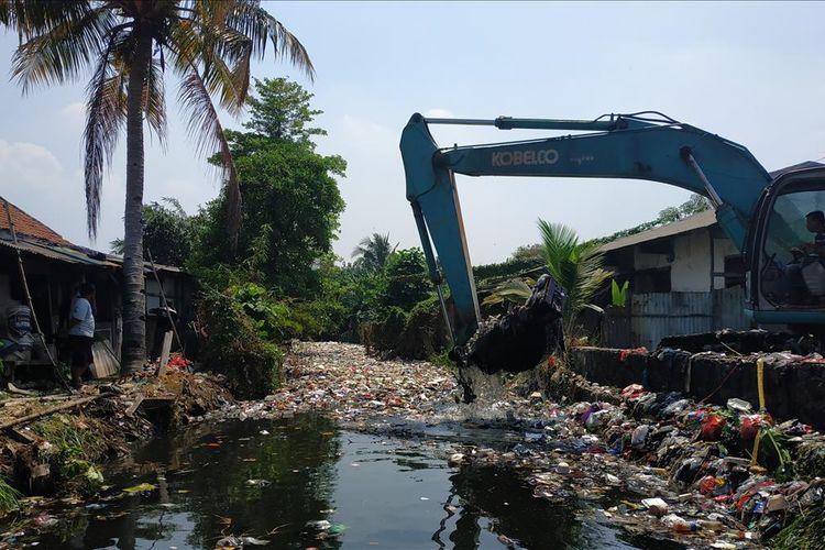 Tutupan sampah di aliran Kali Bahagia atau Kali Busa di Kecamatan Babelan, Kabupaten Bekasi mulai menipis setelah aksi keroyok sampah dengan melibatkan alat berat, Kamis (1/8/2019).