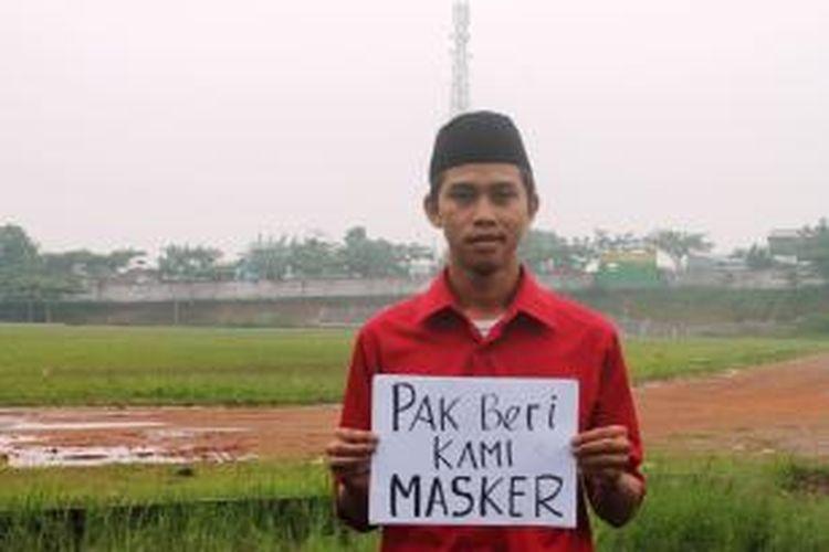 Satria Darmawan, mahasiswa keperawatan STIKES YPNAD Bener Meriah memohon bantuan masker karena asap kebakaran hutan telah mencapai Takengon, Aceh.