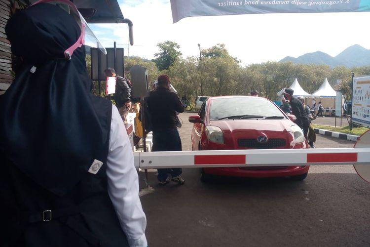 Pengunjung Kebun Raya Cibodas Cianjur, Jawa Barat, menjalani pemeriksa protokol kesehatan Covid-19 di pintu masuk sebelum memasuki kawasan wisata.