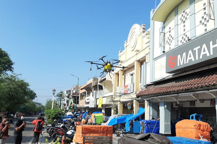 Drone dari Remote Pilot Federasi Aero Sport Indonesia (FASI) DIY saat terbang di kawasan Malioboro untuk menyemprotkan cairan disinfiktan guna mencegah penyebaran virus Corona