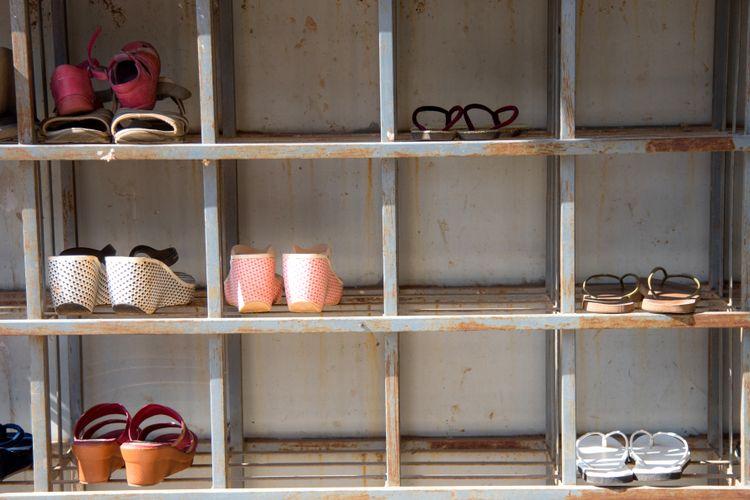 Ilustrasi rak atau tempat sepatu di luar rumah