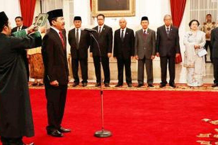 Djoko Setiadi mengucapkan sumpah dalam upacara pelantikan dirinya menjadi Kepala Lembaga Sandi Negara oleh Presiden Joko Widodo di Istana Negara, Jakarta,  Jumat (8/1). Selain sejumlah menteri dan tamu undangan, upacara itu juga dihadiri Wakil Presiden Jusuf Kalla dan Presiden ke-5 Megawati Soekarno Putri.