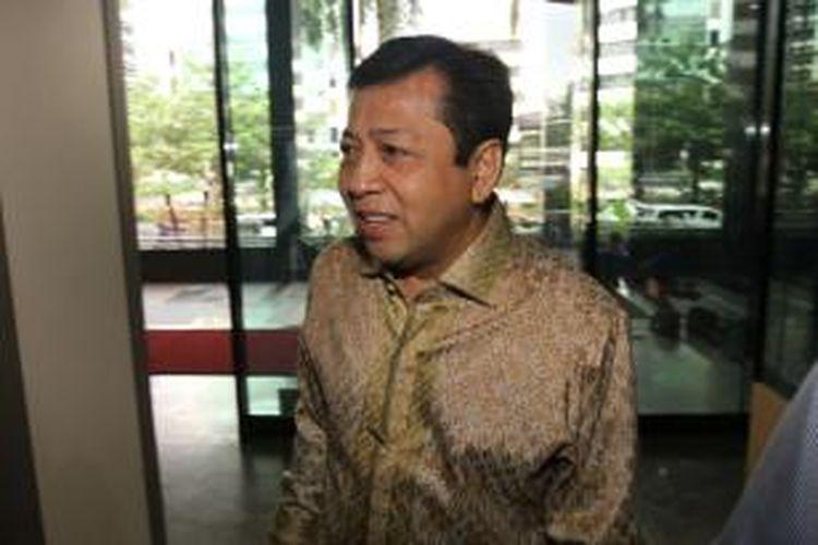 Bendahara Umum Partai Golongan Karya Setya Novanto tiba di Kantor Komisi Pemberantasan Korupsi (KPK), Jakarta Selatan, Selasa (7/1/2014). Setya diperiksa penyidik KPK sebagai saksi untuk mantan Ketua Mahkamah Konstitusi Akil Mochtar terkait kasus dugaan suap di lingkungan MK. TRIBUNNEWS/HERUDIN