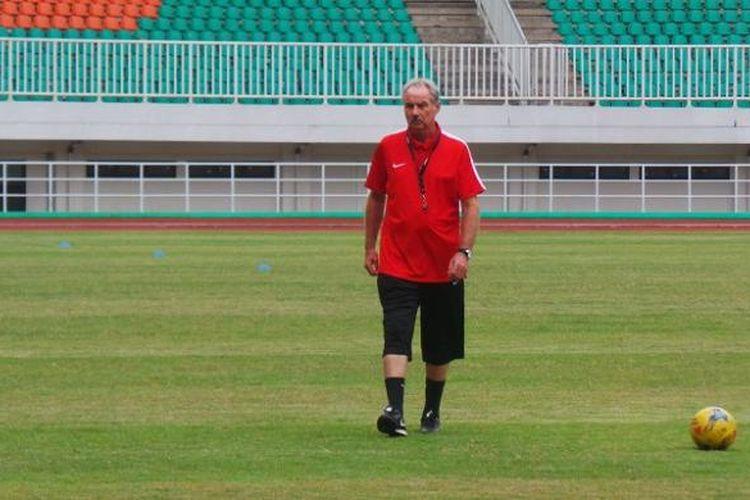Pelatih tim nasional Indonesia, Alfred Riedl, memimpin sesi latihan di Stadion Pakansari, Cibinong, Selasa (29/11/2016).