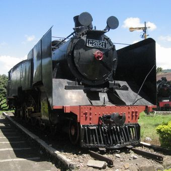 Lokomotif C28 buatan pabrik lokomotif Jerman, yakni Hartman Chmenitz, Henschel, dan Esslingen pada 1921-1922, salah satu serinya, loko C2835 menjadi lokomotif penarik kereta Kepresidenan RI pasca 1945. Sayangnya, PT KA tidak memasang papan penjelasan terhadap sejarah loko ini di halaman Museum KA Ambarawa.