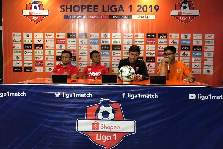 Pelatih PSM, Darije Kalezic bersama Ferdinand Sinaga memberikan keterangan pers sebelum di Stadion Segeri Samarinda, Jumat (9/8/2019)