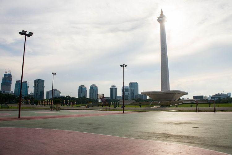 Salah satu fasilitas olahraga yang tersedia di Monas. Pengunjung dapat menggunakannya secara gratis. Fasilitas olahraga tersebut terdiri dari satu lapangan basket, empat lapangan futsal, dan satu lapangan voli. Sementara fasilitas olahraga lain yang terpisah adalah lapangan bulu tangkis, Jakarta, Rabu (29/1/2020).