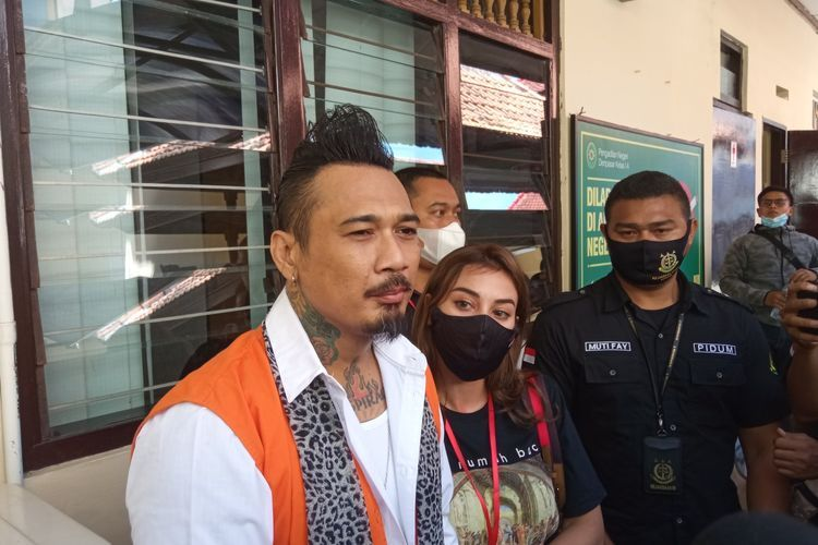 Terdakwa UU ITE dalam kasus IDI Kacung WHO, I Gede Ari Astina alias Jerinx di PN Denpasar, Kamis (12/11/2020)