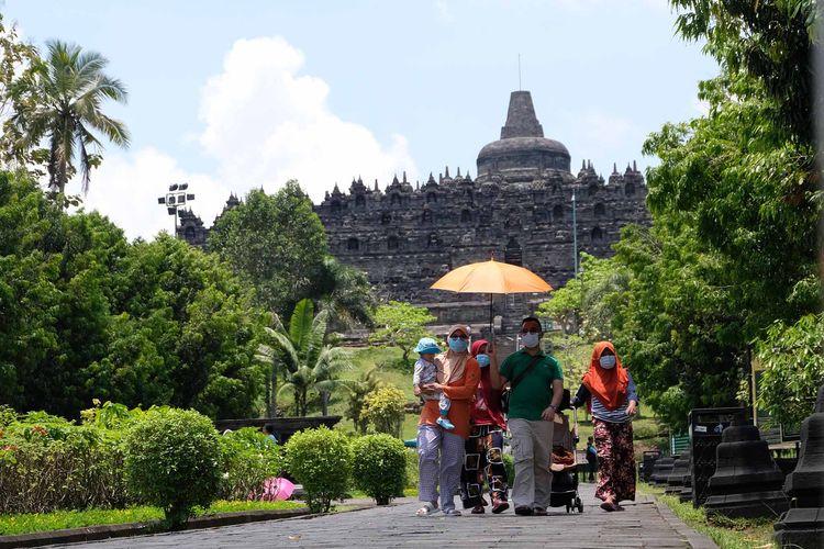 Sejumlah wisatawan berada di kompleks Taman Wisata Candi (TWC) Borobudur, Magelang, Jateng, Rabu (28/10/2020). Memasuki musim libur panjang kali ini  wisatawan dari berbagai daerah mulai mengunjungi kawasan wisata candi Borobudur meskipun tidak diperbolehkan menaiki candi dan hanya dibatasi hanya 3.000 pengunjung per hari. ANTARA FOTO/Anis Efizudin/aww.