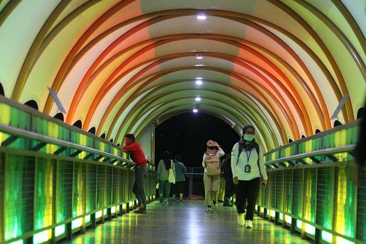 Sejumlah warga melintasi jembatan penyeberangan orang (JPO) di Pasar Minggu, Jakarta Selatan, Rabu (15/1/2020). Tidak hanya dijadikan akses menyeberang oleh pengguna jalan, JPO dengan tampilan 'instagramable' tersebut juga kerap dijadikan objek foto oleh masyarakat.