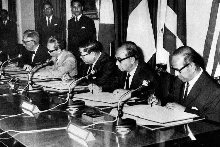 Lima pendiri ASEAN menandatangani Piagam ASEAN atau Deklarasi Bangkok pada 8 Agustus 1967. Dari kiri ke kanan: Menteri Luar Negeri  Filipina Narciso Ramos, Menteri Luar Negeri Indonesia Adam Malik, Menteri Luar Negeri Thailand Thanat Khoman, Wakil Perdana Menteri Malaysia Tun Abdul Razak, dan Menteri Luar Negeri Singapura S Rajaratnam.