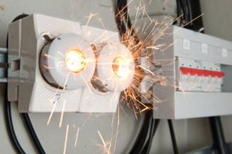 Ada tiga penyebab munculnya percikan api yang berhubungan dengan instalasi listrik. Pertama, beban berlebih atau overload. Kedua, hubungan singkat arus listrik atau short-circuit, dan ketiga arus bocor pada bangunan atau peralatan.