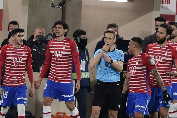 Para pemain Granada berdebat dengan wasit Spanyol Valentin Pizarro Gomez selama pertandingan sepak bola liga Spanyol Villarreal CF melawan Granada FC di stadion La Ceramica pada 20 Januari 2021 lalu.