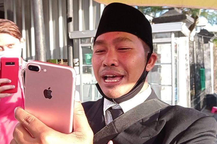 Sandiaga Uno Video Call dengan Penjual Cilok Berjas seperti Pejabat di Mataram