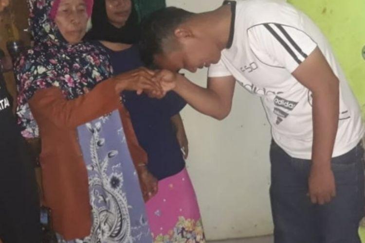Seorang nenek bernama Arni (70) mendapatkan perlakuan kasar dari penyalur bansos yang tak lain adalah ketua RT, keduanya pun didamaikan oleh pihak kepolisian di Kampung Harapan, Desa Sukamaju, Kecamatan Cibungbulang, Kabupaten Bogor, Jawa Barat, Jumat (29/5/2020).