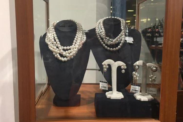 Koleksi perhiasan mutiara dalam Kilau Mutiara dan Pesona Biota Laut Indonesia di Alun-alun Grand Indonesia Jakarta, Rabu (15/3/2017).