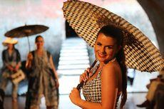 Melihat Gadis-gadis Cantik Portugis dalam Balutan Kain Batik...