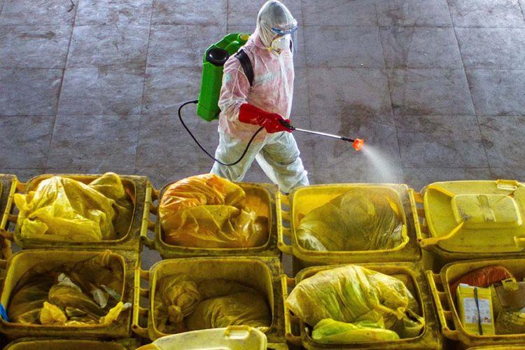 Foto dirilis Senin (12/10/2020), memperlihatkan petugas mengoperasikan salah satu bagian mesin incinerator saat pembakaran limbah medis infeksius di PT Jasa Medivest, Plant Dawuan, Karawang, Jawa Barat. Pemprov Jawa Barat melalui PT Jasa Medivest berkomitmen untuk menangani limbah B3 (bahan berbahaya dan beracun) infeksius sebagai upaya antisipasi lonjakan limbah medis Covid-19 terkait penanggulangan pandemi.