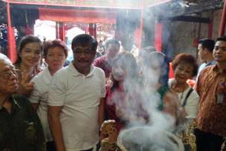 Wakil Gubernur DKI Jakarta Djarot Saiful Hidayat berkunjung ke Wihara Dharma Bakti, Petak Sembilan, Glodok, Jakarta Barat, Sabtu (18/6/2016). Bangunan wihara sempat terbakar pada Maret 2015 lalu.