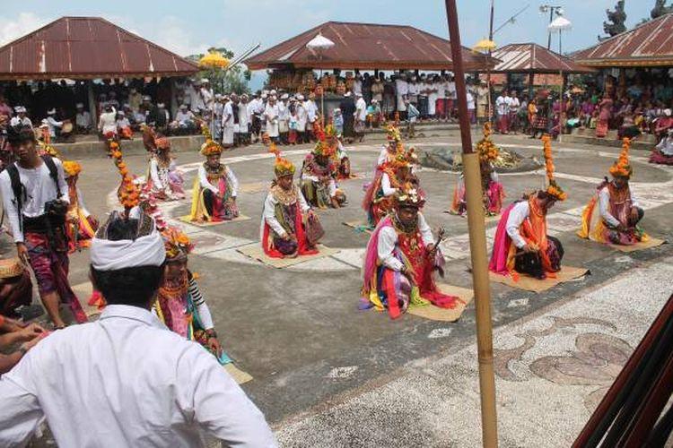 Tari Baris dari Desa Cempaga, Bali.