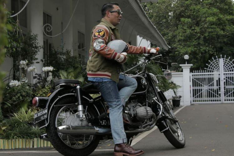 Gubernur Jawa Barat Ridwan Kamil saat mengenakan outfit hasil kolaborasinya dengan brand lokal di Pulau Jawa.