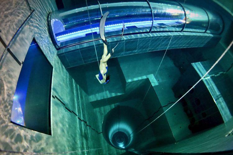 Kolam renang paling dalam di dunia yang berada di salah satu hotel di Italia.