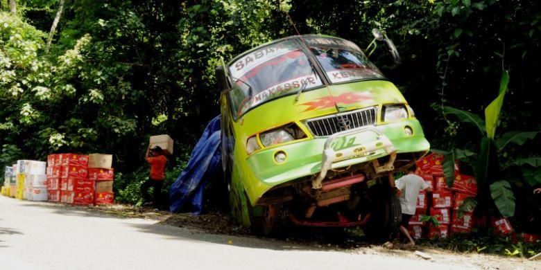 bus AKAP merek Sabar Menanti ini terperosok ke pinggir gunung setelah sang sopir tidak bisa merngendalikan mobil ditanjakan dengan kemiringan 17 derajat