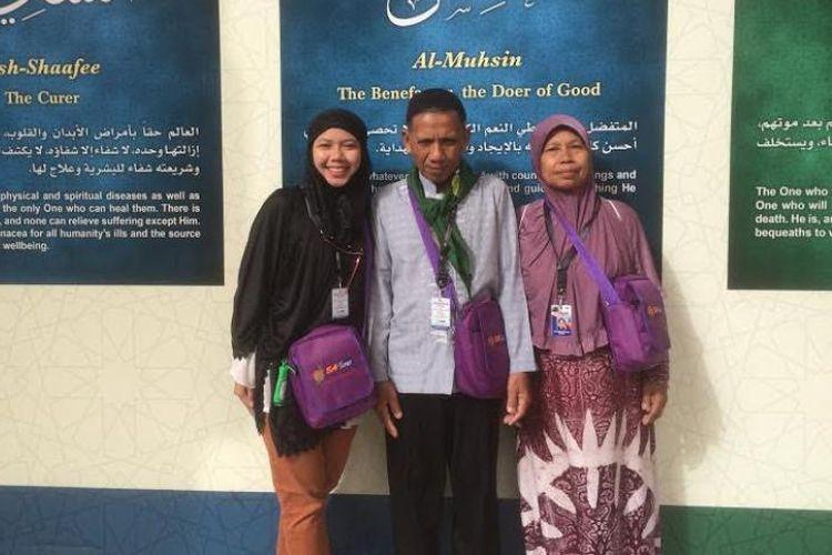 Raeni dan kedua orang tuanya menunaikan ibadah umrah pada Februari lalu.