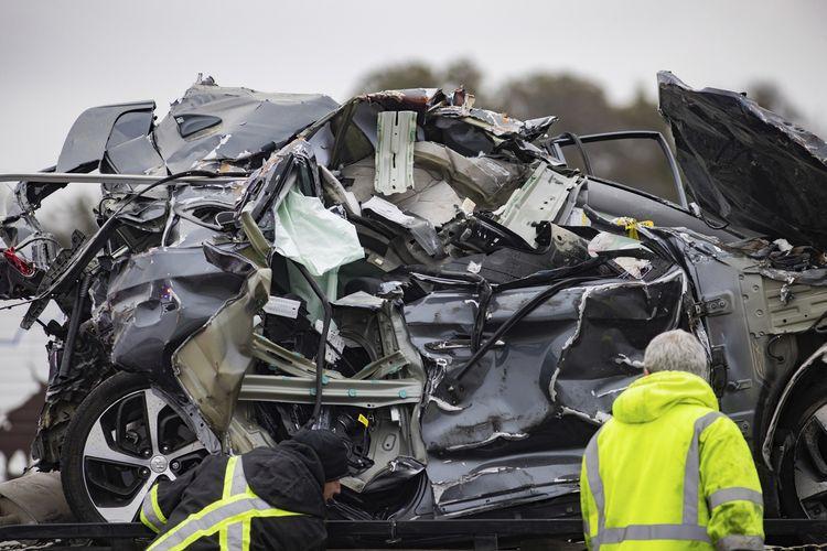 Tumpukan mobil ringsek dalam kecelakaan beruntun di Interstate 35 di Fort Worth, Texas, Amerika Serikat, pada Kamis (11/2/2021). Tabrakan beruntun ini melibatkan lebih dari 130 kendaraan yang melaju di jalan tol berselimut es akibat musim dingin. Sementara ini 6 orang tewas dan puluhan lainnya luka-luka.