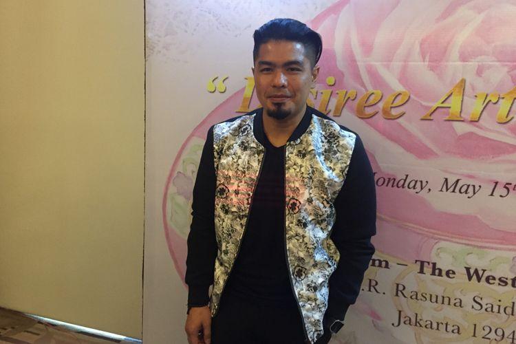 Bams eks Samsons diabadikan di The Westin Hotel, Kuningan, Jakarta Selatan, Senin (15/5/2017). Ia menghadiri pameran lukisan tunggal karya ibunya, Desiree Sitoempoel.