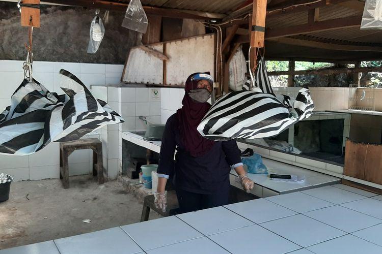 Yahmi Pedagang Makanan di Pantai Kukup, Gunungkidul, Rabu (24/6/2020)