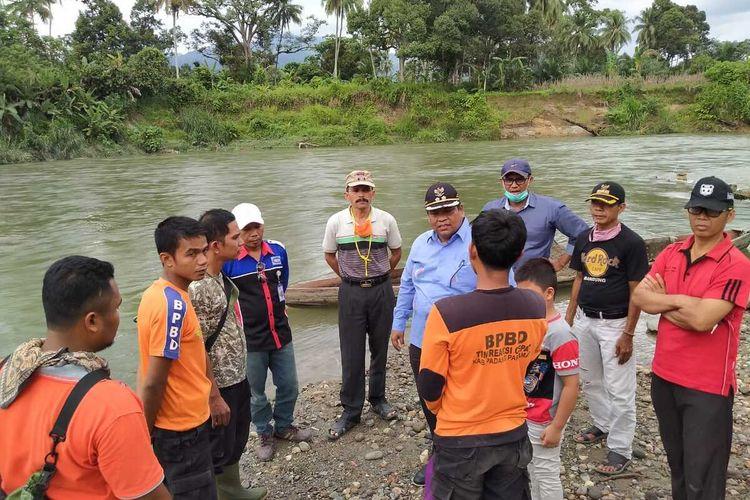 Tim BPBD Padang Pariaman melakukan evakuasi dan pencarian korban pelajar yang hanyut di sungai Batang Anai, Sabtu (1/8/2020)