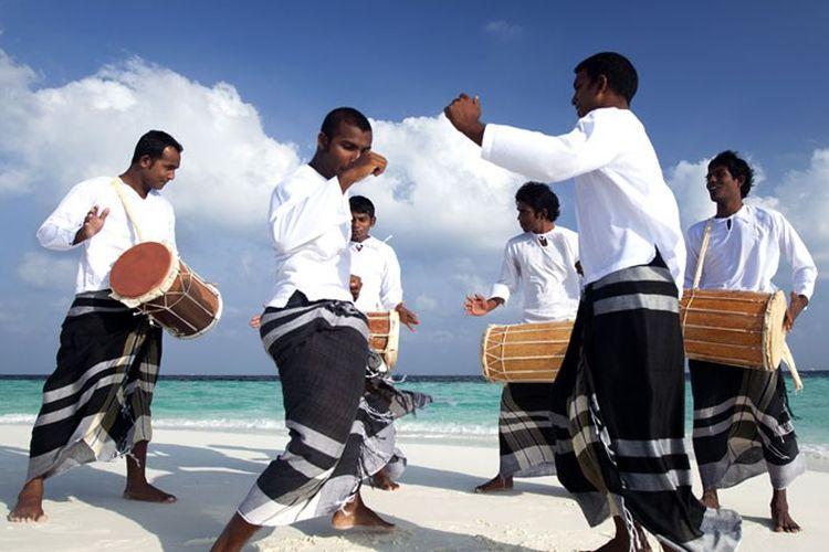 Warga Maladewa menarikan Bodu Beru saat Hari Raya Idul Fitri