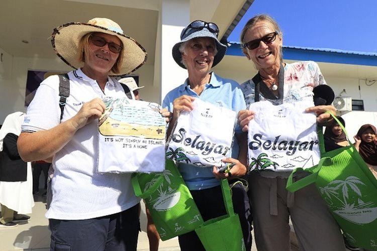 Peserta Wonderful Sail to Indonesia memamerkan hadiah dari Pemerintah Kabupaten Selayar