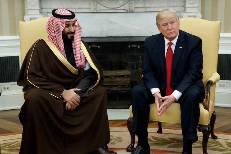 Presiden AS Donald Trump (kanan) saat bertemu dengan Pangeran Saudi Mohammed bin Salman di Gedung Putih dalam pertemuan keduanya sebelumnya.