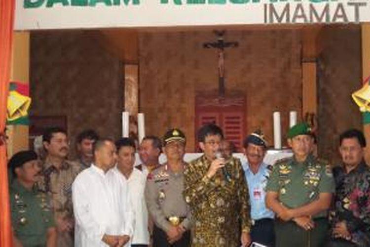 Wakil Gubernur DKI Jakarta Djarot Saiful Hidayat saat berada di Gereja Santo Yosef, Matraman, Jakarta Timur dalam rangka peninjauan pengamanan misa malam natal, Rabu (24/12/2014)