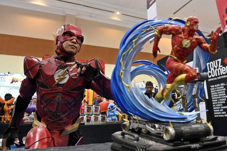 Pengunjung berkostum karakter The Flash pada Indonesia Comic Con 2019 di Jakarta Convention Center (JCC), Senayan, Jakarta, Sabtu (12/10/2019). Pameran budaya pop yang menjadi ajang berkumpulnya para penggemar komik, film, gim dan mainan itu berlangsung hingga Minggu (13/10).