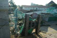 Alat Berat Proyek LRT Jatuh dan Hantam Rumah Warga