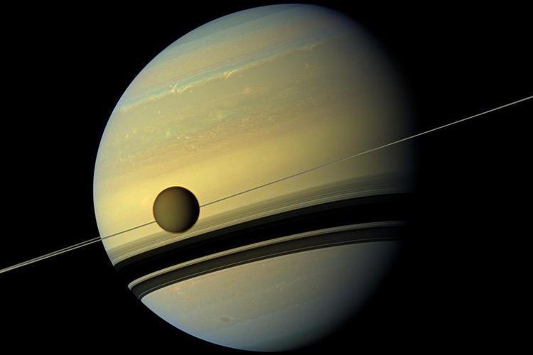 Bulan terbesar planet Saturnus, Titan.