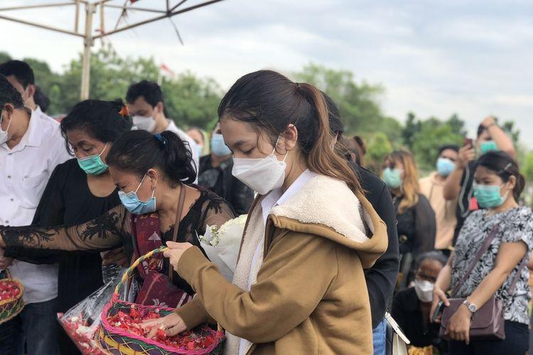 Melitha Sidabutar di TPU Pedurenan kawasan Mustika Jaya, Bekasi, Jawa Barat, Kamis (10/12/2020).