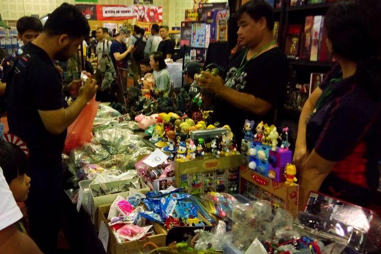 Pengunjung The Jakarta 16th Toys & Comics Fair 2020 di Balai Kartini, Sabtu (29/2/2020) memilih action figure yang akan dibeli. Kegiatan tersebut berlangsung hingga Minggu (1/3/2020) pukul 21.00 WIB.